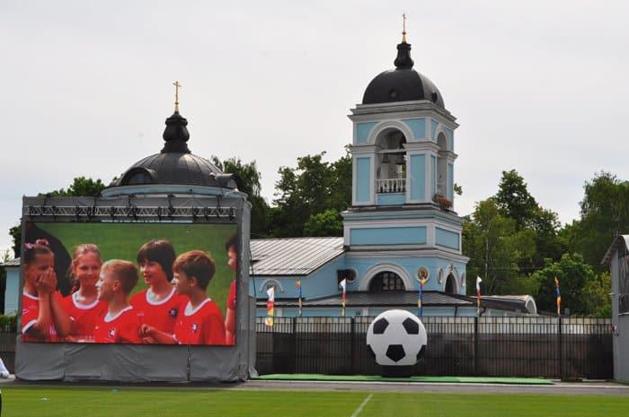 Дети мира сыграли в футбол у стен старинного храма