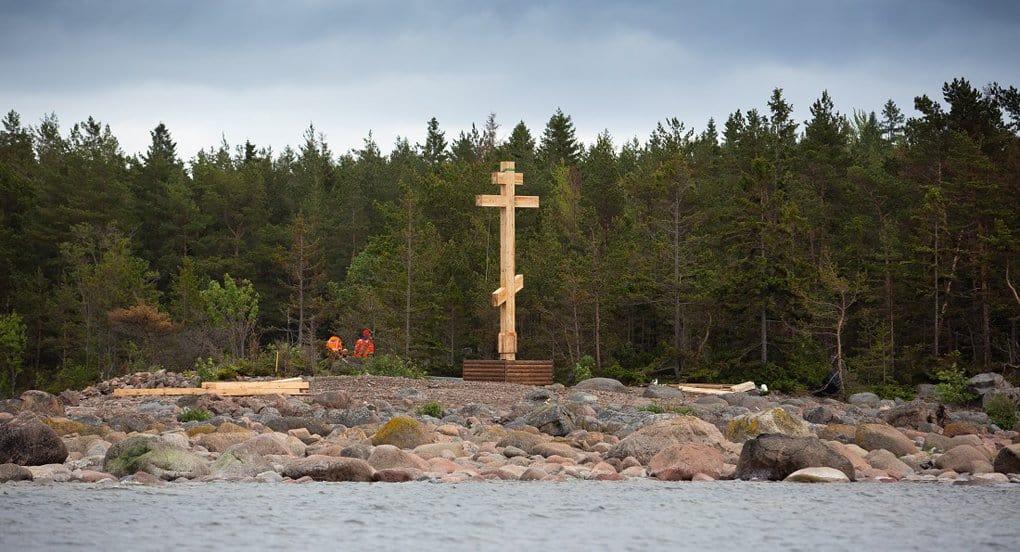 На острове в Финском заливе установили крест в честь первой российской антарктической экспедиции