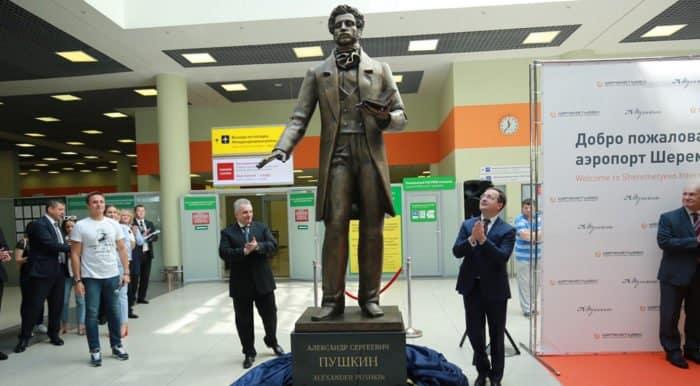Памятник Александру Пушкину с QR-кодом открыли в аэропорту «Шереметьево»