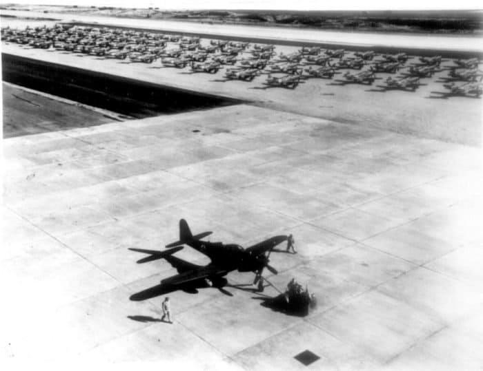 Американские  истребители-бомбардировщики P-63 «Кингкобра» ( Bell P-63 Kingcobra) и  истребители P-39 Аэрокобра (Bell P-39 Airacobra) перед отправкой по  программе ленд-лиза из США в СССР.
