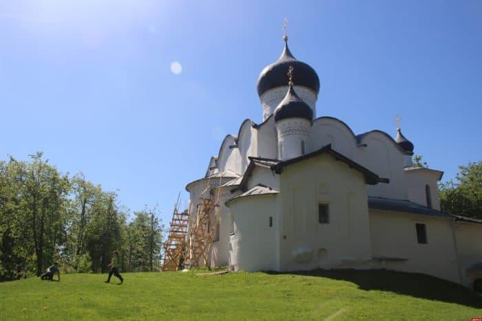Это изображение имеет пустой атрибут alt; его имя файла - CZerkov-Vasiliya-na-Gorke-pln-pskov.ru_-700x467.jpg