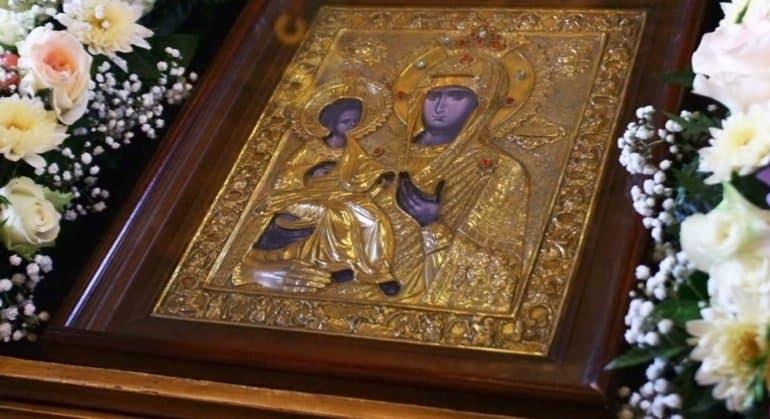 Православные празднуют память иконы Божией Матери «Троеручица»