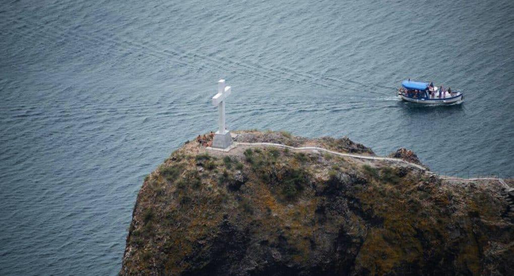 На Георгиевской скале в Крыму воссоздали мраморный крест XIX века