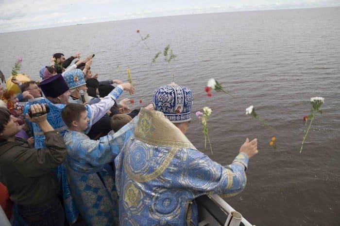 Над затопленными святынями Мологи совершили Литургию