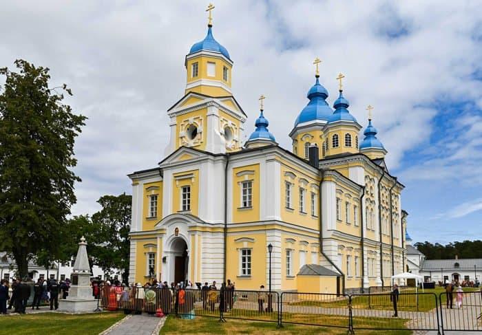 Патриарх Кирилл освятил собор Рождества Богородицы в Коневском монастыре