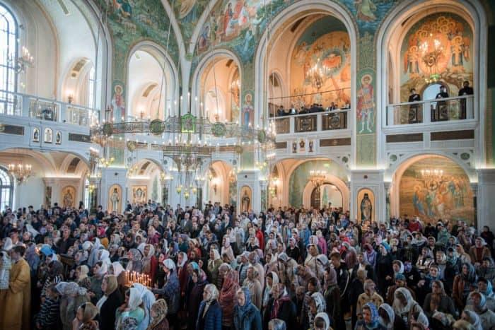 В храме молится священник, а не я. Есть ли смысл ходить на службу? — отвечает протоиерей Павел Великанов