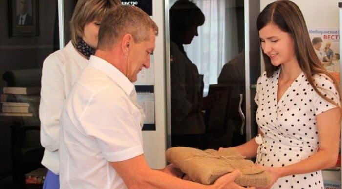 Астраханскую медсестру наградили иконой за спасение утопающего