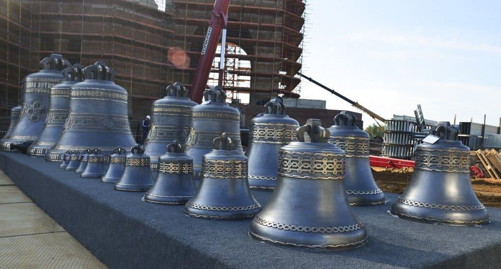 Колокола с изображениями святых установили на звонницу главного храма Вооруженных сил России