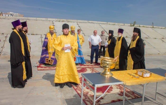 На дамбе в Хабаровске помолились об избавлении города от наводнения