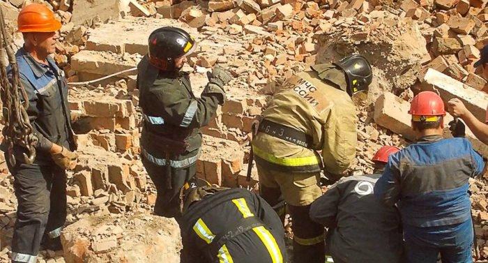 В результате обрушения стены здания в Новосибирске есть погибшие