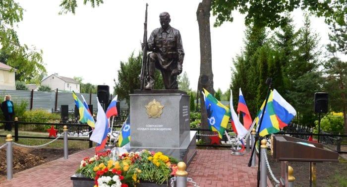 Под Орлом открыли памятник Солдату-Освободителю и увековечили память 100 красноармейцев