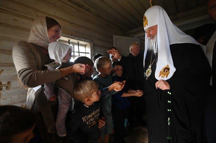Патриарх Кирилл поблагодарил волонтеров, спасающих уникальные храмы Русского Севера
