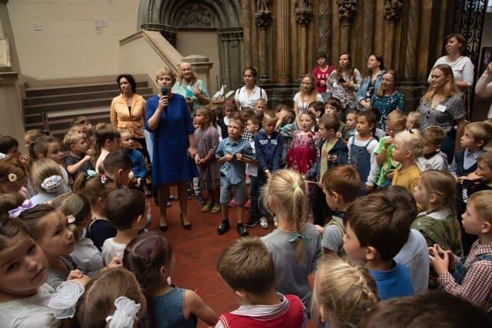 150 детей из многодетных семей Москвы получили «портфели первоклассников»