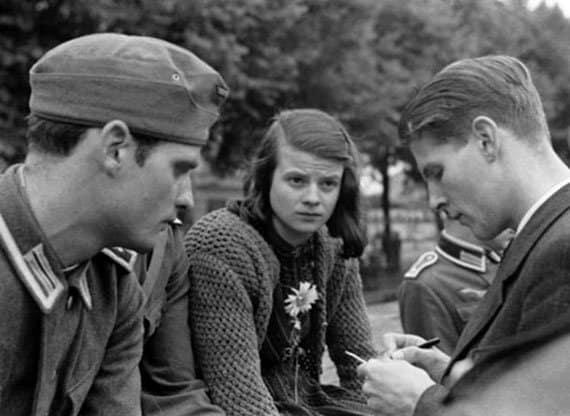 Члены организации немецких антифашистов «Белая роза»,действовавшей на территории Третьего рейха.Слева — направо: Ганс Шолль, Софи Шолль, Кристоф Пробст; фото 1942 года Фото с сайта urmindace.com