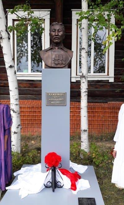 В якутском улусе открыли бюст меценату, который устроил церковно-приходскую школу и помогал храму