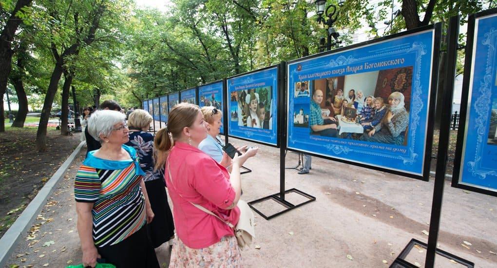 В центре Москвы в фотографиях рассказывают о социальном служении новых приходов