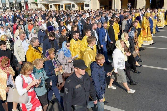 Около 100 тысяч человек прошли крестным ходом в Петербурге в память о князе Александре Невском