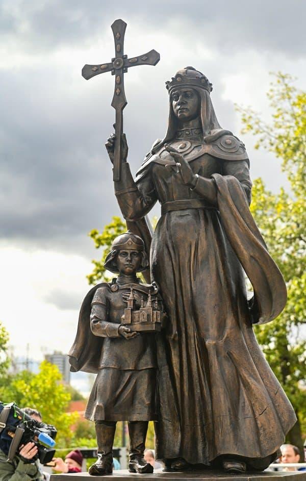 Патриарх Кирилл освятил в Москве памятник святой княгине Ольге