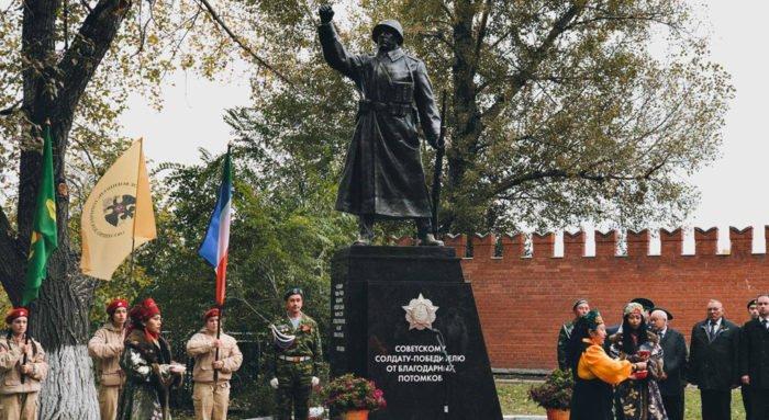 Воинам и труженикам тыла Хакасии посвятили памятник солдату-победителю