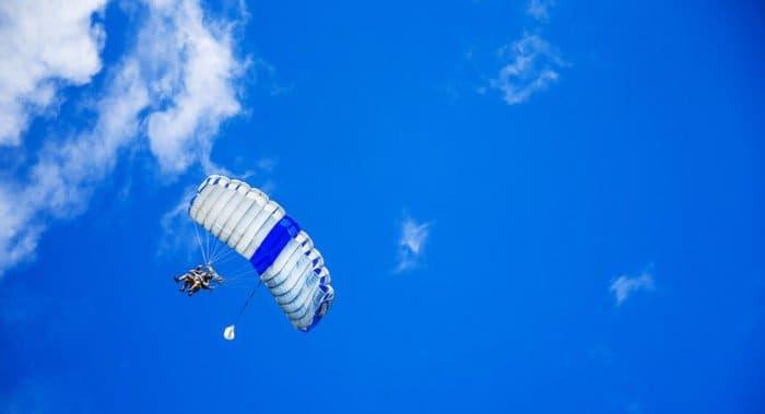 Англиканские священнослужители прыгнули с парашютом, чтобы собрать средства на благотворительность