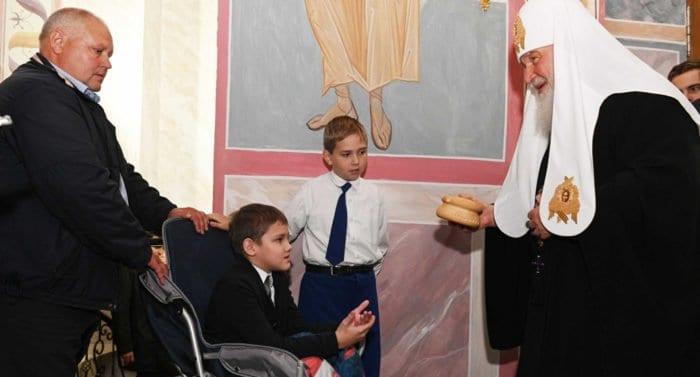 Патриарх Кирилл подарил просфору и икону мальчику с ДЦП, поющему в церковном хоре