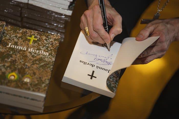 Влагостойкое издание Нового Завета выпустили для латвийских военных