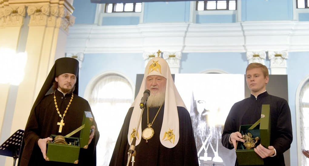 Патриарх Кирилл подарил музею СПбДА потир и трехсвечник, найденные в стене его родового дома