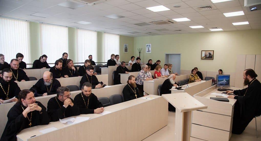 Трем семинариям и двум монастырям разрешили провести богословские курсы для монахов