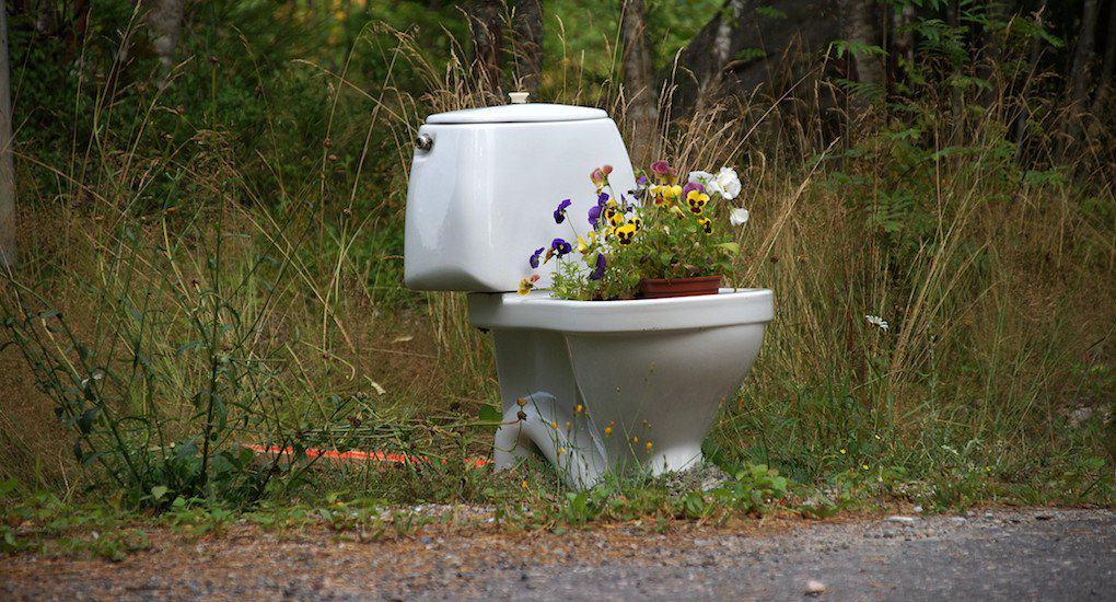 Грех ли занести святую воду в общественный туалет?
