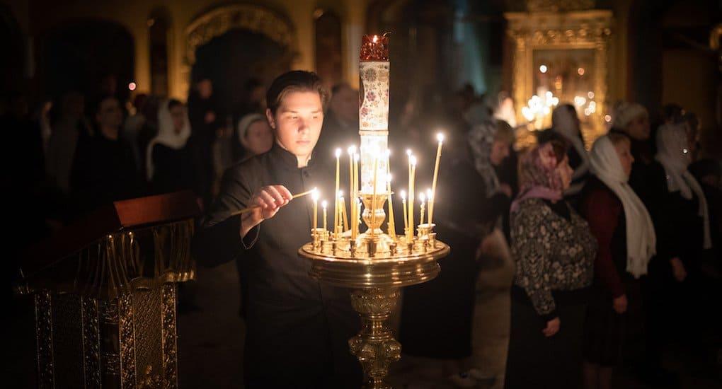 Можно ли зажигать свечку около одной иконы, а ставить её перед другой?