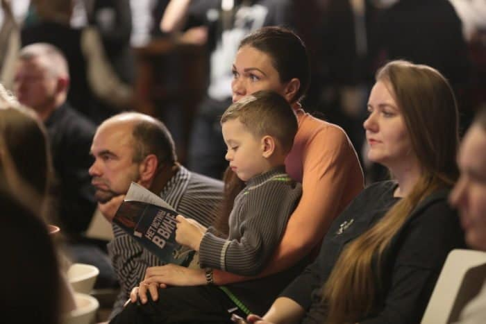 «Светлый вечер оффлайн» в проекте «Открытые сцены МХАТ»: острые вопросы о Церкви, Боге и человеке