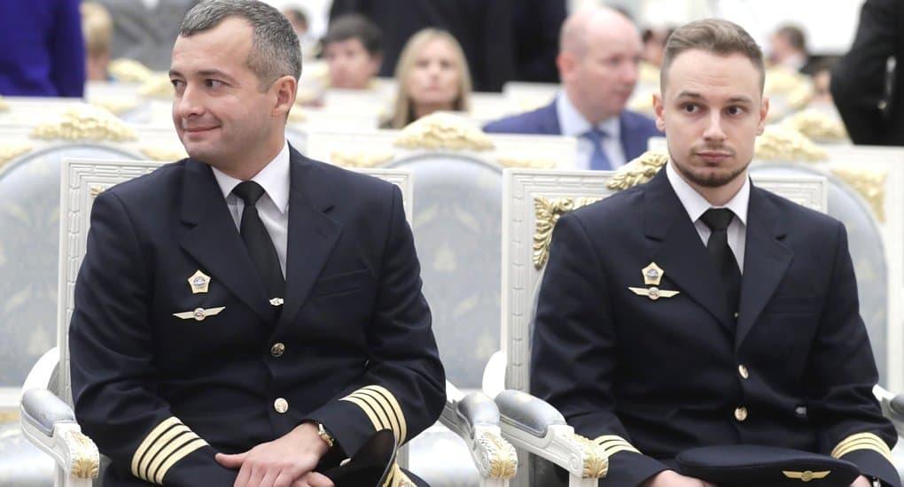 Пилоты, посадившие самолет с людьми в кукурузном поле, получили звезды Героев России