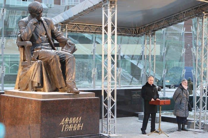 Памятник писателю-фронтовику Даниилу Гранину открыли в Петербурге