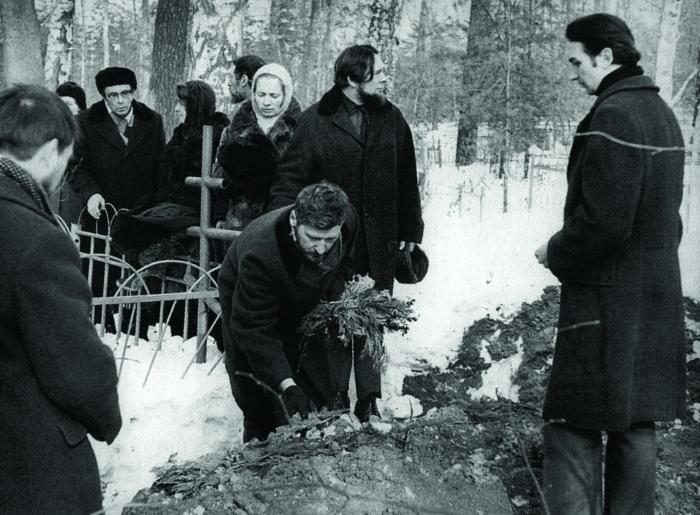 Погребение С. И. Фуделя. Покров, 9 марта 1977 г.На переднем плане у могилы протоиерей Владимир Воробьев