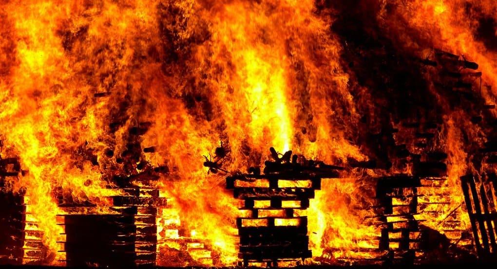 В Мурманске судебные приставы спасли из горящего дома троих подростков