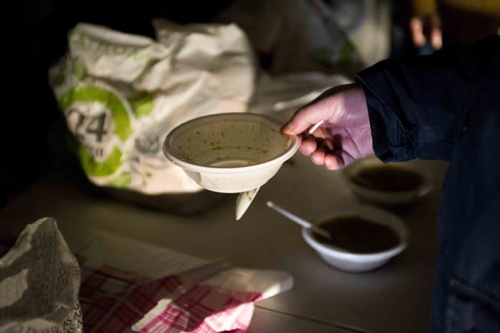 Православные казаки уже пять лет кормят бездомных у Ярославского вокзала