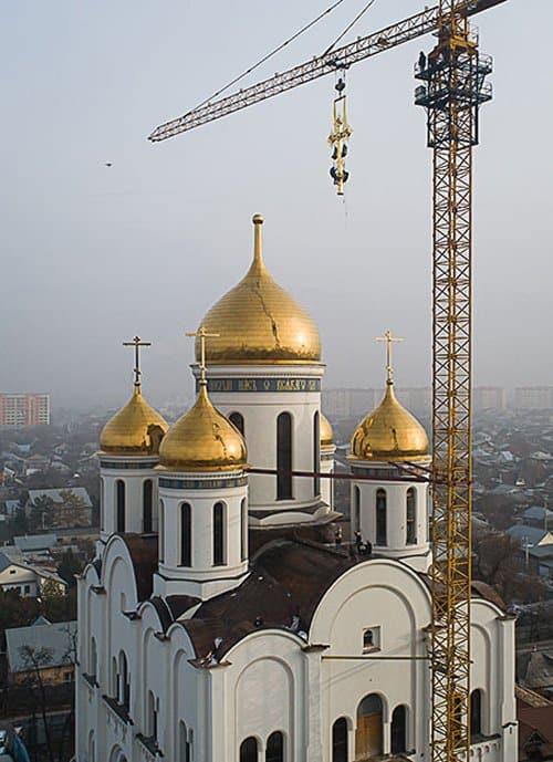 На строящийся в Алма-Ате храм установили 7-метровый крест со светодиодами