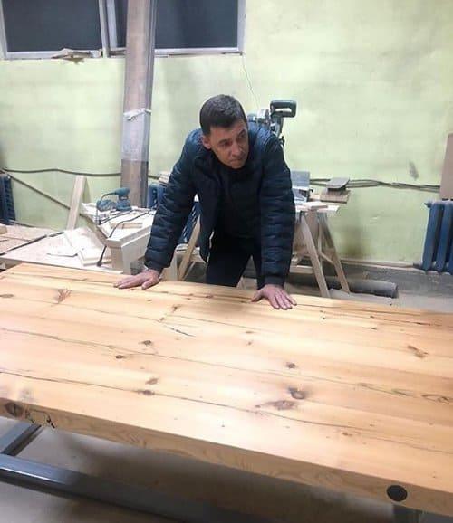 Губернатор Евгений Куйвашев сделал дорогой стол, продал его, а деньги отдал больным детям