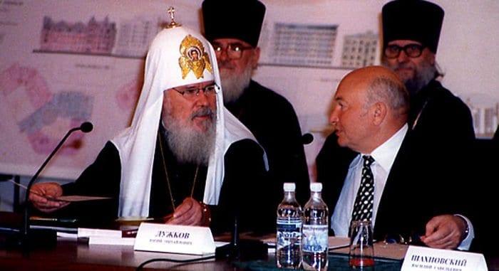 В Церкви отметили вклад Юрия Лужкова в восстановление храма Христа Спасителя