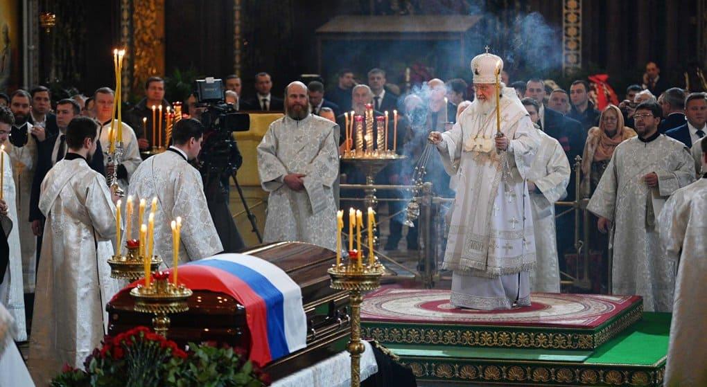 Патриарх Кирилл совершил отпевание Юрия Лужкова