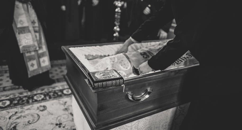 Можно ли класть в гроб крестик, который усопший не носил при жизни?