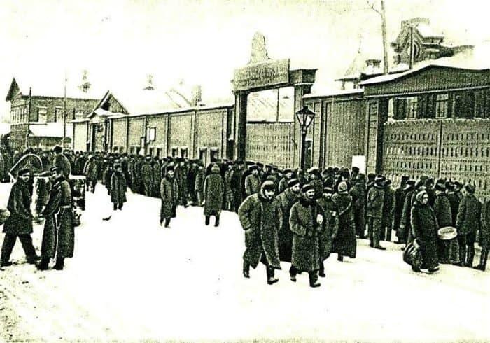 Бастующие рабочие у ворот Путиловского завода. Январь 1905 года/Wikimedia Commons/СС BY 2.0