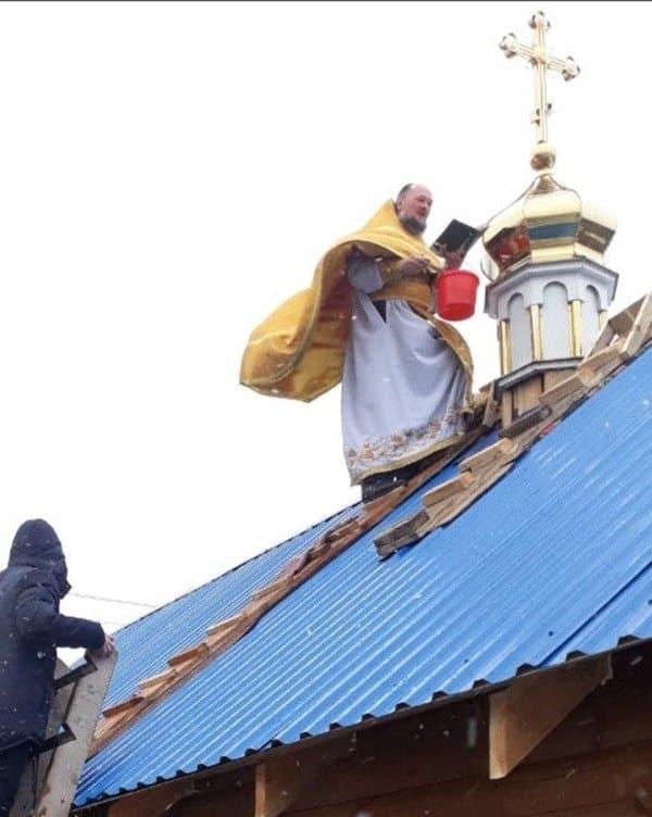 У общины на Ровенщине раскольники отобрали храм, а она за месяц построила новый