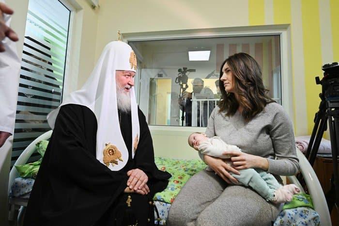 Патриарх Кирилл вручил рождественские подарки юным пациентам больницы святого Владимира
