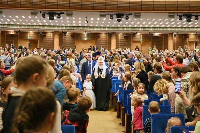 Патриарх Кирилл посмотрел рождественское представление с девочкой из социального центра