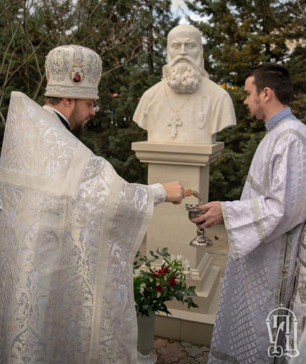 Памятник священномученику Владимиру Троепольскому открыли в Симферопольской епархии