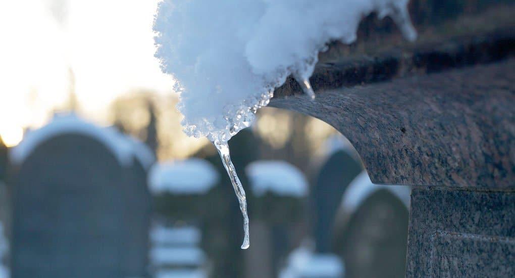 Можно ли посещать кладбища зимой?