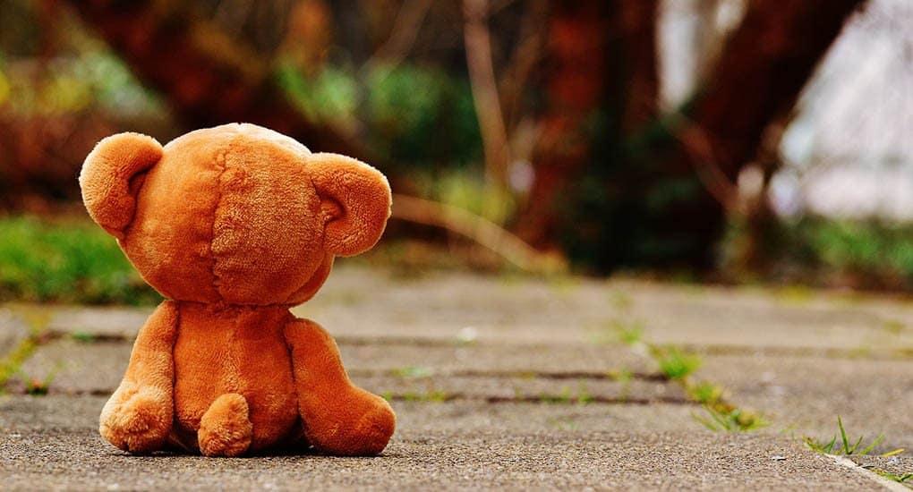 Ребенок положил в гроб покойному игрушку. Что делать?