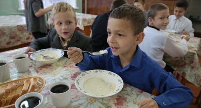Госдума приняла закон о бесплатном горячем питании для учащихся начальных классов