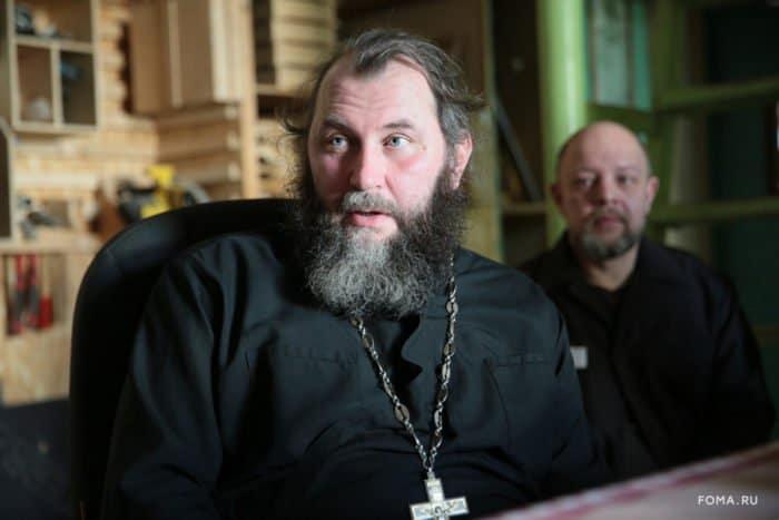 «Сначала я их охранял, а теперь исповедую» — история тюремного священника